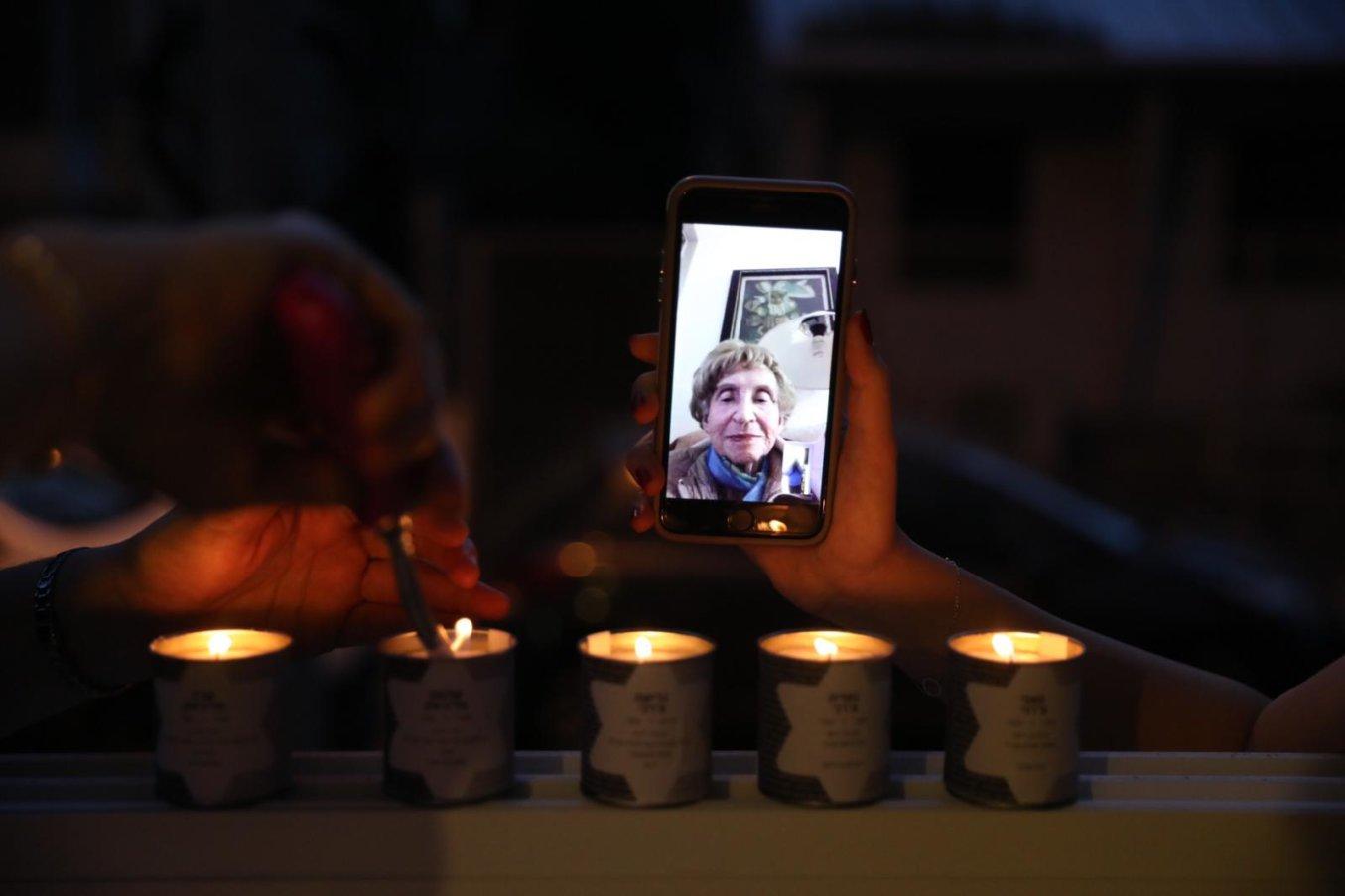 ניצולת השואה סוניה פרמינגר מדליקה נרות עם משפחתה בזום