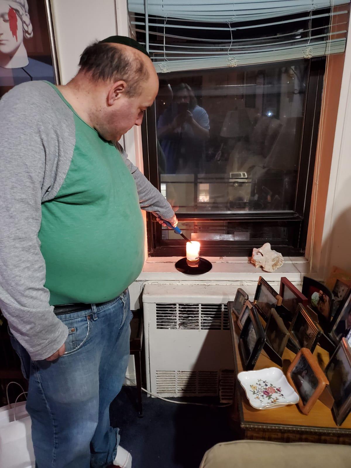 מדליקים נרות בברוקלין, ניו יורק