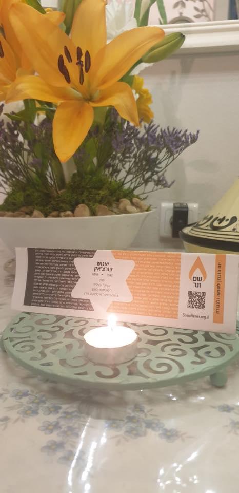 בימי קורונה, בהיעדר נרות זיכרון אישיים -מדפיסים תוויות הנושאות שמות נספים ומדליקים נרות